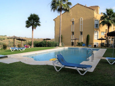 Estepona, Spacious 2 bedroom apartment for sale in Bel Air, Estepona