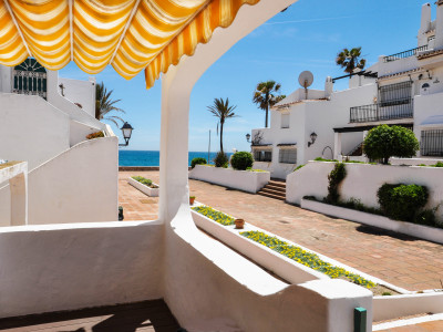 Manilva, Recently reformed apartment within a frontline beach development in Puerto de La Duquesa