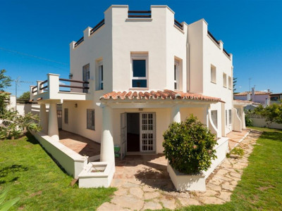 San Pedro de Alcantara, Quality villa for sale in San Pedro de Alcántara within walking distance to the beach