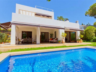 Marbella East, Modern villa in the Marbesa area of east Marbella with solarium and sea views