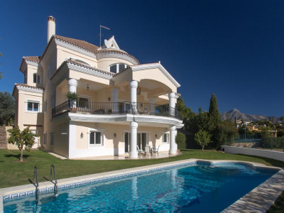 Nueva Andalucia, Beautiful frontline golf villa in Nueva Andalucia with stunning views over the golf course