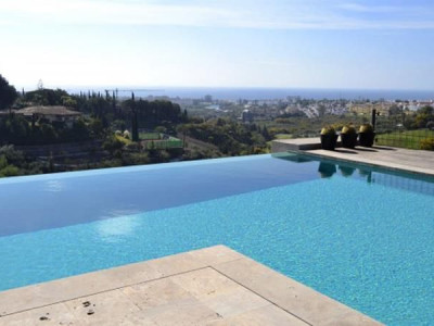 Benahavis, Contemporary styled villa with panoramic views to the sea and coast