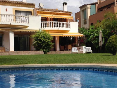 San Pedro de Alcantara, Attractive townhouse in a beachfront developent just a two munite drive to San Pedro town centre