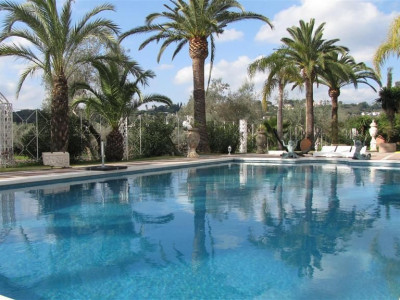 Nueva Andalucia, Exceptional villa property in Nueva Andalucia located on front line golf with a separate guest house