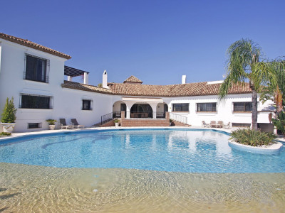 Estepona, Spacious 7 bedroom villa for sale in El Paraiso