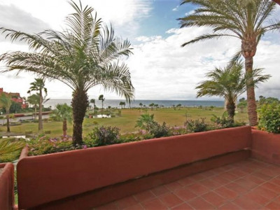 Estepona, Spacious beachfront apartment in Estepona with amazing views of the garden and sea