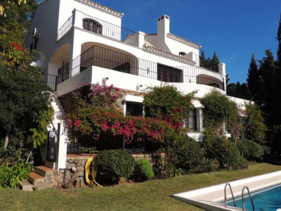 Benahavis, Charming villa in El Madronal on an elevated plot with wonderful seas and coastal views.
