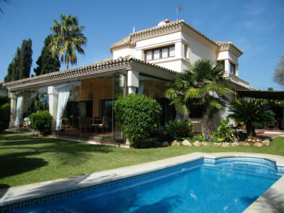 San Pedro de Alcantara, Villa property in San Pedro with private garden and pool 300 metres from the beach