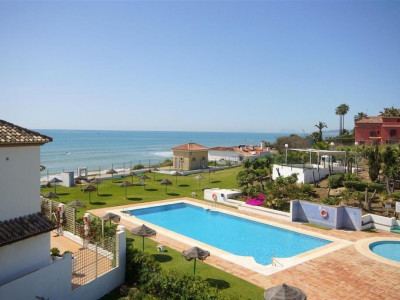 Estepona, Stunning townhouse in a front line beach complex in Estepona