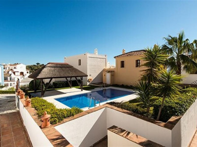 Benahavis, Rustic style townhouse for sale in La Heredia in Benahavis with panoramic views