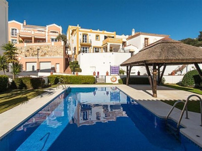 Benahavis, Lovely townhouse for sale in La Heredia in Benahavis with stunning panoramic sea view