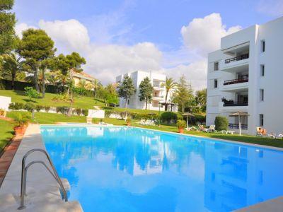 Groβes Apartment in bewachter Wohngegend in Strandlage in Los Monteros Marbella
