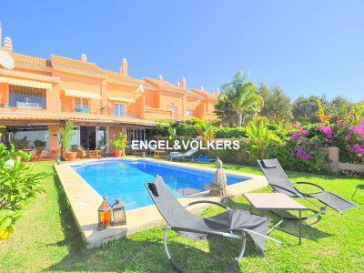 Elviria, Marbella, Grosses Stadthaus mit Extras zum Verkauf