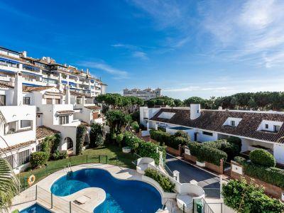 Oportunidad de inversión: ático de 3 dormitorios, junto a la playa en Puerto Banús