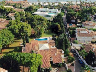 Villa sur un terrain de 5000 m2 à 100m de la plage à Los Monteros Marbella