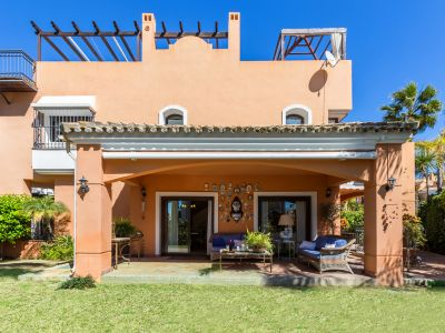 Townhouse for sale in gated community 100 m from the beach in Bahia de Marbella