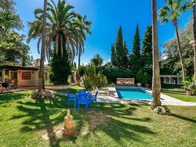 Andalusische Villa mit Gästehaus und Pool in El Rosario Marbella
