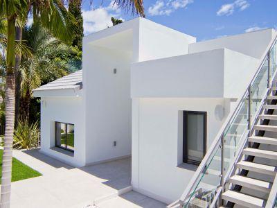 Nueva villa junto a la casa club de golf en Guadalmina Alta