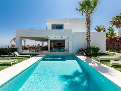 Moderna villa de diseño con vistas panorámicas al mar en La Finca de Rio Real Marbella