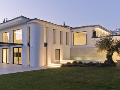 Maravillosa villa en primera línea de golf en Guadalmina Alta
