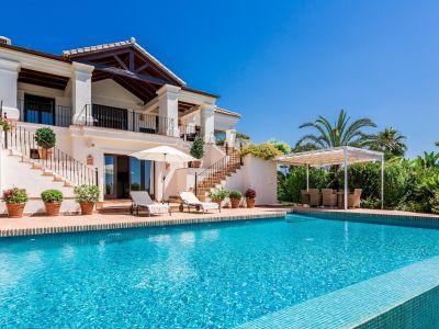 Villa mediterránea con vistas al mar y golf