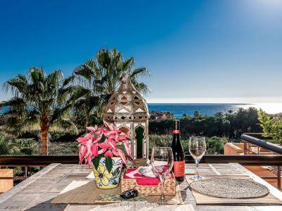 Ático con vistas abiertas al mar a unos metros de la playa en Bahía de Marbella