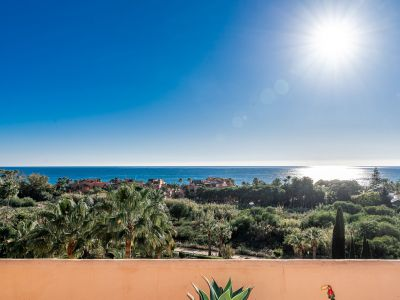 Penthouse with open sea views only meters from the beach in Bahia de Marbella