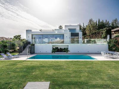 Villa moderna; vistas panorámicas del mar y la montaña.