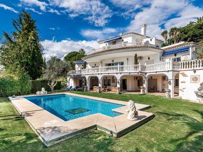 Villa clásica con pista de tenis en Paraiso Alto