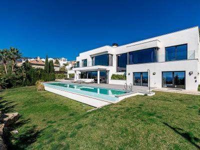 Villa moderne de construction récente avec vue panoramique sur la mer à Rio Real Marbella