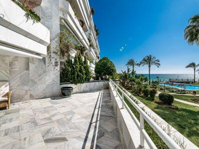 Front line beach apartment in playa Esmeralda