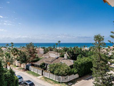 Ático moderno cerca de playa con vistas al mar en Las Chapas Playa Marbella