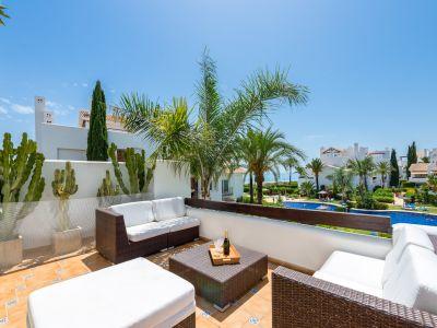 Appartement avec vue sur la mer à Palm Beach, complexe balnéaire de première ligne à Reserva de Los Monteros, Marbella Est.