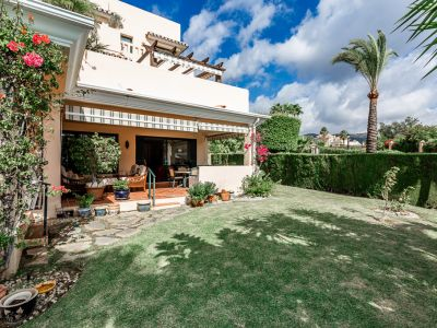 Grosses Eckapartment mit Privatgarten in Elviria, Marbella Ost