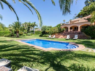Villa on large plot 200 meters from the beach in Los Monteros Marbella