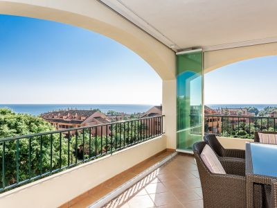 Penthouse with sea views next to the beach in Bahia de Marbella