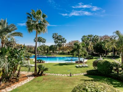 Stunning frontline apartment with panoramic views in Los Granados Golf, Nueva Andalucía