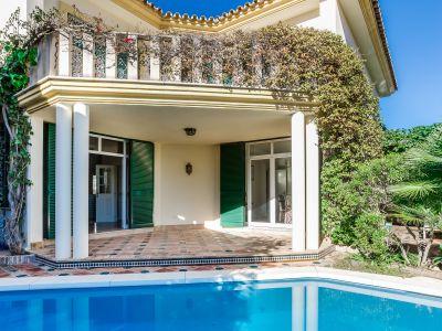 Elegant strandnahe Villa im andalusischen Stil, Guadalmina Baja