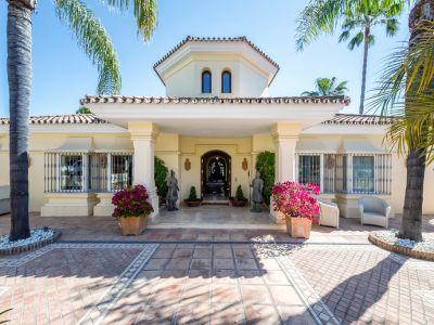 Atemberaubende Villa in erster Golflinie mit Panoramablick auf die Berge in Aloha Golf