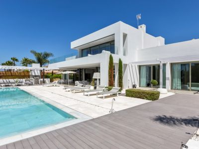 Modern luxury villa with sea views 150 meters from the beach in Bahia de Marbella