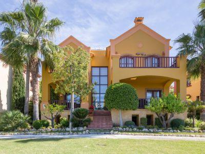 Elegante villa en La Capellanía Hill Club con impresionantes vistas al mar y montaña