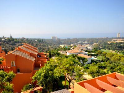 Marbella, Elviria, Penthouse à vendre à Los Lagos avec vue fantastique sur le golf et la mer.
