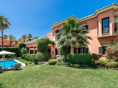 Villa familiale de style à Altos de Puente Romano Marbella