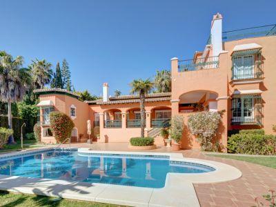 Marbella, Bahía de Marbella, villa de style andalou en bord de mer à vendre.