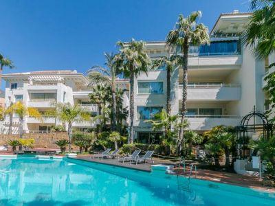 Fantástica oportunidad, ahora precio reducido, bajada de precio de 1.122.000€ a 890.000€ reposición bancaria, ático dúplex de cuatro dormitorios y orientación sur en una pequeña y exclusiva comunidad llamada Retiro de Nagüeles, Milla de Oro, Marbella