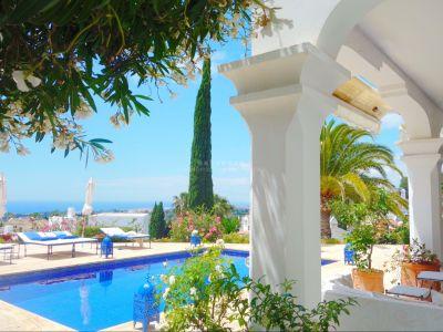 Impresionante villa recientemente renovada de estilo clásico con espectaculares vistas en Marbella Hill Club, Milla de Oro de Marbella