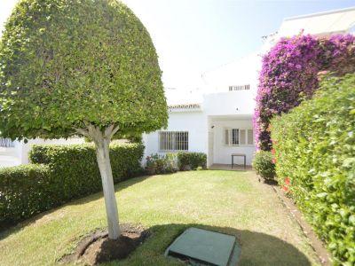 Casa adosada de 2 plantas con piscina y jardín en Aloha Sur 21, Nueva Andalucía.