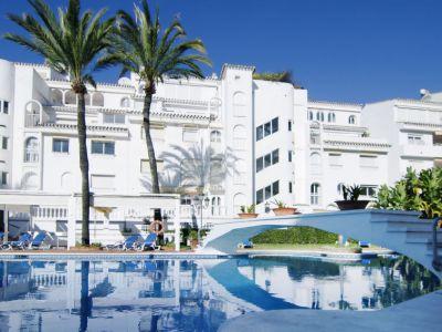 Gran apartamento en primera línea de playa en Playa Real, Elviria, Marbella Este
