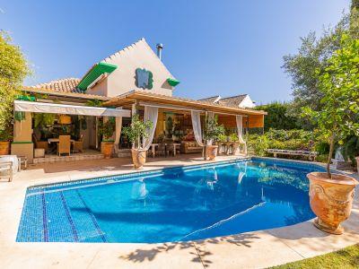 Impresionante villa de estilo clásico en plena milla de Oro en una zona tranquila residencial de villas de lujo a pocos minutos de Marbella Club.