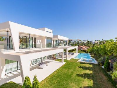 Impresionante villa recién construida de 600m2 en parcela de 1420m2 junto al campo de Golf de los Naranjos